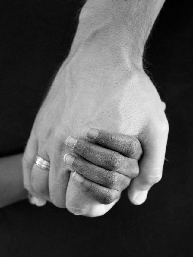 Main d'un papa tenant la main de sa fille